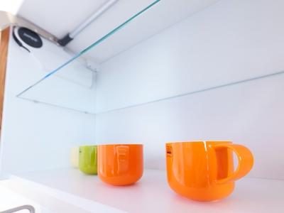 простоту и лаконичность дизайна кухни особенно подчеркивают яркие предметы