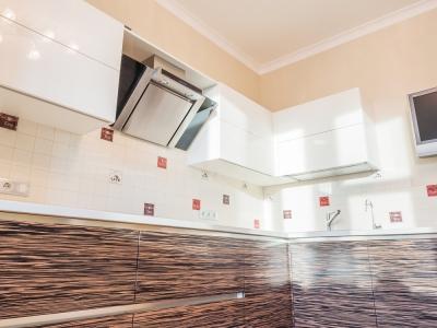 а светлый тон глянца верхних шкафов делает потолок более светлым без дополнительной подсветки