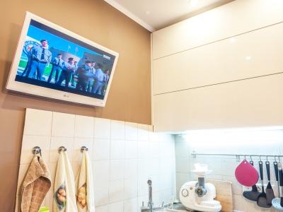 телевизор не мешает открываться шкафам на всю ширину
