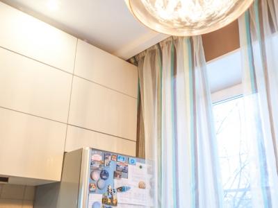 шкафы выполнены до самого потолка. в верхнем ярусе установлены ограничители