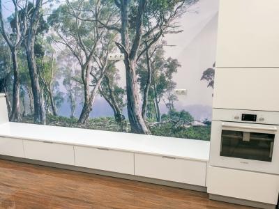 печатный рисунок украшает всю стену кухни