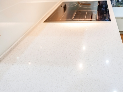 рабочая поверхность кухни из кварцевого камня с зеркальными частицами