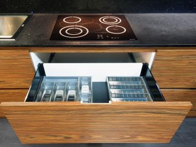 корпус кухни можно выполнять в любой цветовой отделке- в тон фасадов или  в цвет фурнитуры