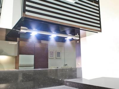 система подсветки с фотоэлементом исключает необходимость непосредственного контакта с лампой