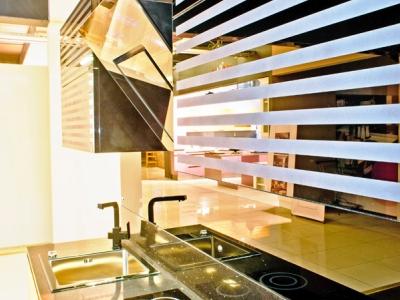 стекла витрины выполнены в практически незаметном черном алюминиевом профиле