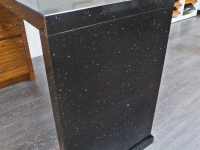 стойка выполнена в большей толщине, чем основная столешница, чтобы подчеркнуть конструкцию