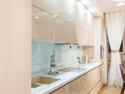 стеклянная панель для защиты стены кухни