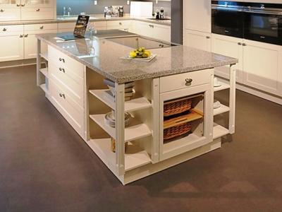 Несмотря на легкий скандинавский классический стиль данная большая кухня смотрится стильно гармонична в загородном доме