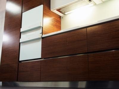 доступ к содержимому кухни осуществляется с помощью профилей за фасадами