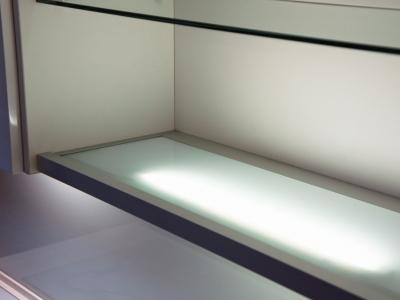 для равномерности освещения внутри ящиков используются стеклянные полки