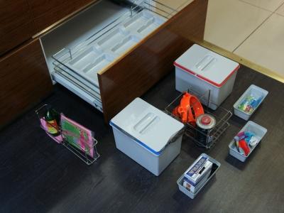 раздельные корзины для мусора и хромированные принадлежности для средств по уборке кухни