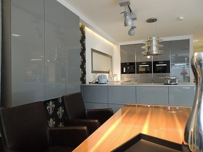 Кухонный стол изготавливался под заказ  вместе с кухонной мебелью