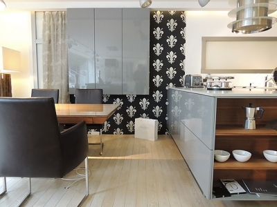 В объединенном пространстве комнаты с кухней, присутствует дополнительная мебель, изготавливалась вместе с кухонной мебелью
