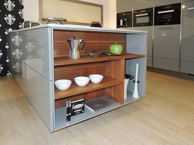 Открытые ниши ящиков придают дизайнерский вид кухонной мебели