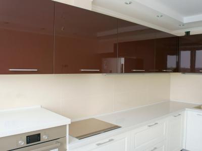 шоколадный глянец фасадов кухни отлично сочетается с молочными фасадами низа