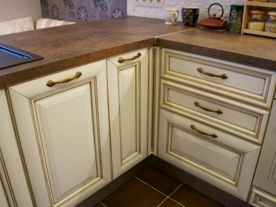 распашной шкаф для доступа в угол кухни
