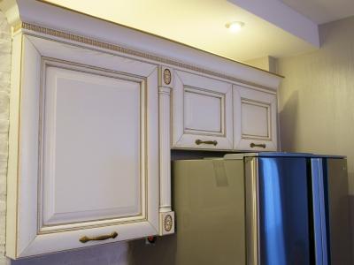 холодильник обыгран шкафами, выполненными по индивидульному проекту