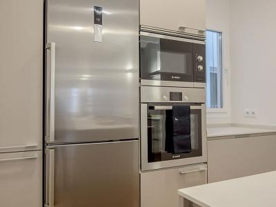 Отдельно стоящий холодильник  четко встроен в пенальную конструкцию