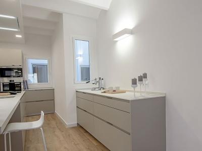 планировка помещения с узкими окнами, заставили дизайнера использовать островную расстановку кухонной мебели