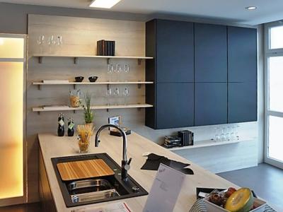 Данное дизайнерское исполнение мебели показывает как, на больших пространствах помещении, лаконично и стильно организовать кухонную мебель
