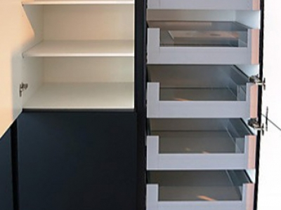 В пенальной конструкции кухни имеются скрытые выдвижные системы ящиков