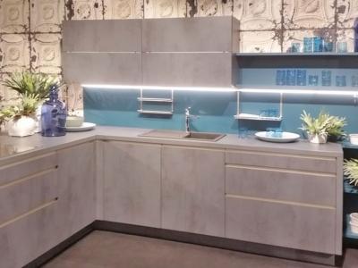 Морской цвет открытого корпуса кухни, стеклянная стеновая панель хорошо сочетается с керамическими фасадами бетона.