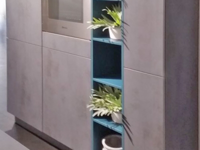 Для придания индивидуальности изделия   пенальную конструкцию кухни,  часто сочетают  с открытыми нишами корпуса ящиков