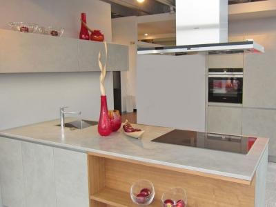 С керамическими фасадами кухни хорошо сочетается шпон дерева