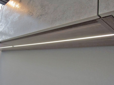 В верхние ящики кухни встроена подсветка