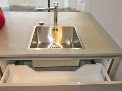 В каменную столешницу кухни встроена нержавеющая мойка
