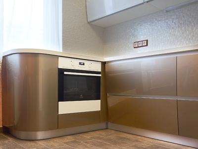 края кухни выполнены из гнутых распашных шкафов
