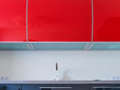 дно шкафов выполнено в виде полки с подсветкой