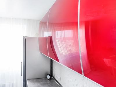 отражение в верхних фасадах значительно расширяет пространство