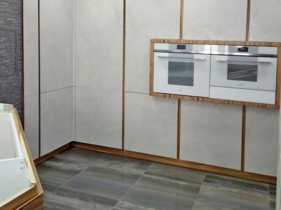 Со стороны прихожей вся стена зашивается встроенными пеналами с фасадами из керамики Oxide Nero