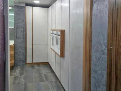 Модуль из шпонированного мдф благодаря задней стенке из зеркала визуально облегчает конструкцию и расширяет пространство