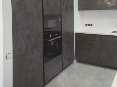 Данное дизайнерское исполнение мебели показывает как, на средних пространствах помещении, лаконично и стильно организовать кухонную мебель.