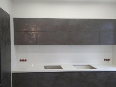 Фасады кухни изготовлены из мдф крашенного облицованного керамикой Oxide Nero