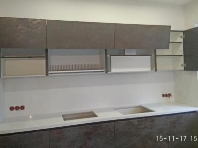 Верхние ящики кухни имеют подъемные механизмы Aventos hf - австрийского производителя Blum.