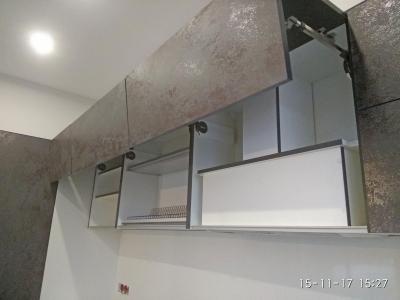 Вытяжка встроена в верхние ящики кухни.