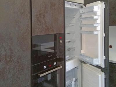Встроенный холодильник классическое исполнение с керамическими фасадами.