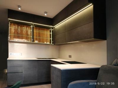 Современная угловая разноуровневая кухня с керамическими фасадами
