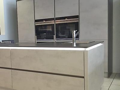 Небольшая островная кухня с пенальной конструкцией ящиков, керамические фасады  beton grigia модель new2017