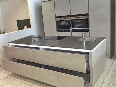 Данное дизайнерское исполнение мебели показывает как, на небольших пространствах помещении, лаконично и стильно организовать кухонную мебель