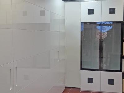 Шкафы могут встраиваться в ниши, соединяться с  фальшь панелями, которые придадут цельную непрерывную мебельную конструкцию в помещении