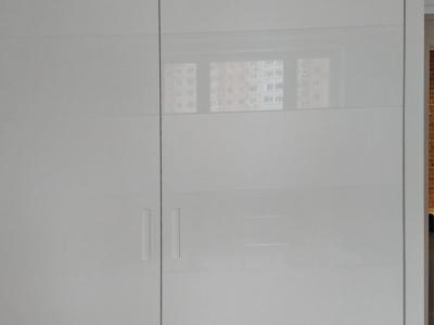 Встроенный шкаф купе фасады, лакированные с комбинацией эффекта мат-глянец