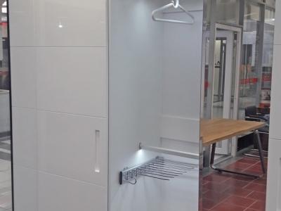 За фасадом шкафа в одной из секций встраивается зеркало