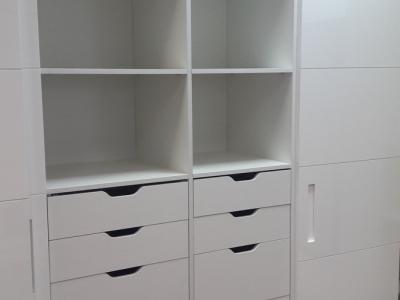 Внутренняя система шкафов организуется под заказ клиента, расположение полок, выдвижные ящики и сопутствующая фурнитура