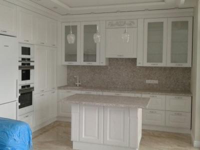 Остров часто используется в проектах кухонь как дополнительная рабочая поверхность и зона хранения