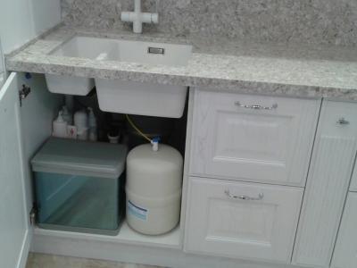 Выдвижное ведро для бытовых отходов и система очистки воды разместились в шкафу под мойкой