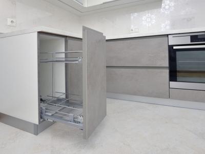 Видимые части корпуса нижних  ящиков кухни специально обработаны кромкой в цвет фактуры фасадов, чтобы не просматривался светлый белый технологический зазор…